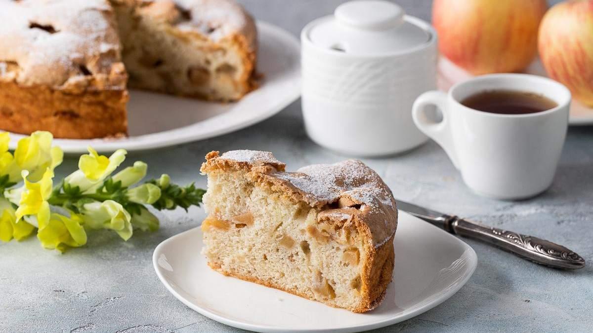 Шарлотка з яблуками: простий рецепт вдома