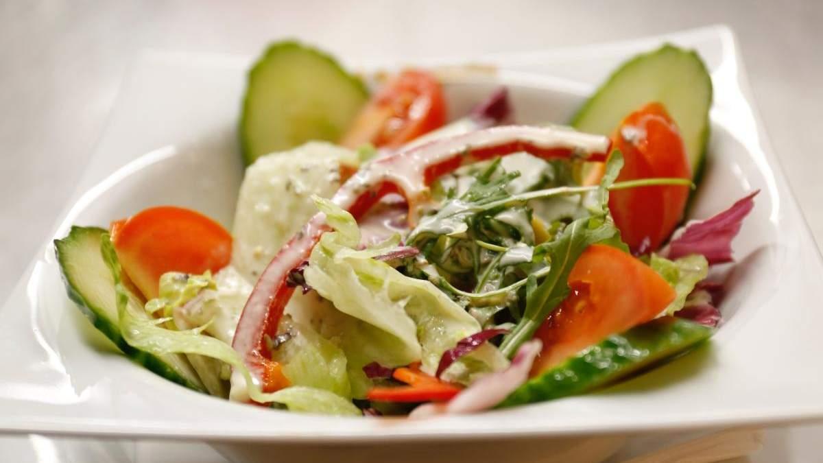 Весняний салат зі свіжих овочів: простий рецепт