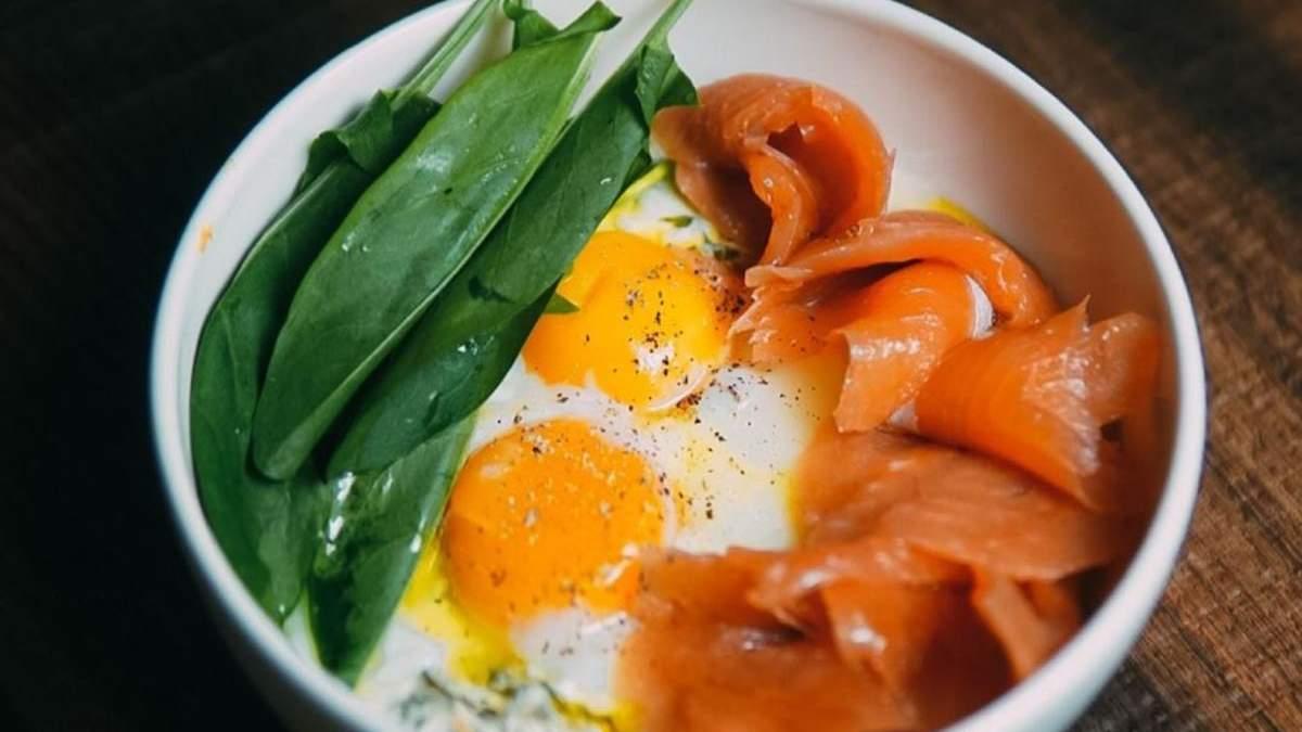 Яйця кокот з копченим лососем та щавлем: рецепт від Ольги Мартиновської