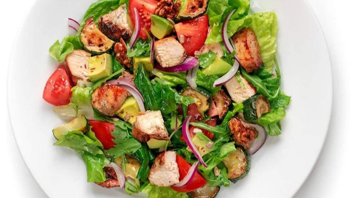 Салат з курятиною Парміньяна, кмином і авокадо: рецепт