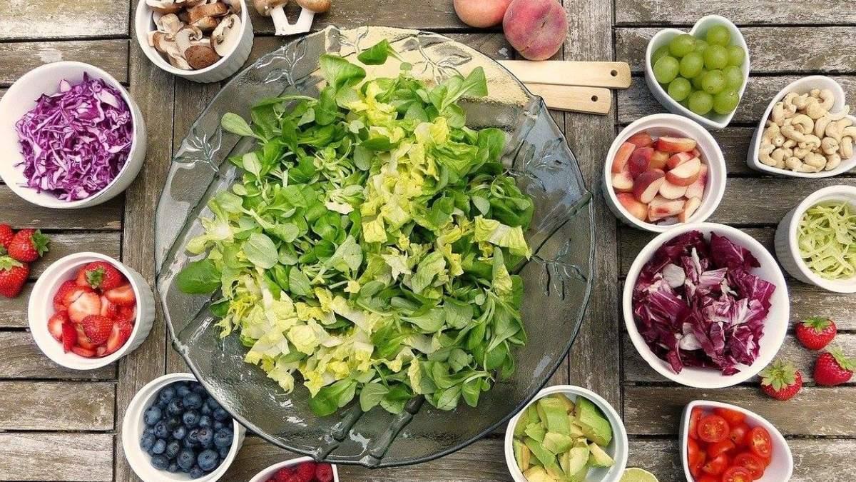 Літній салат із жимолостю – рецепт приготування з фото