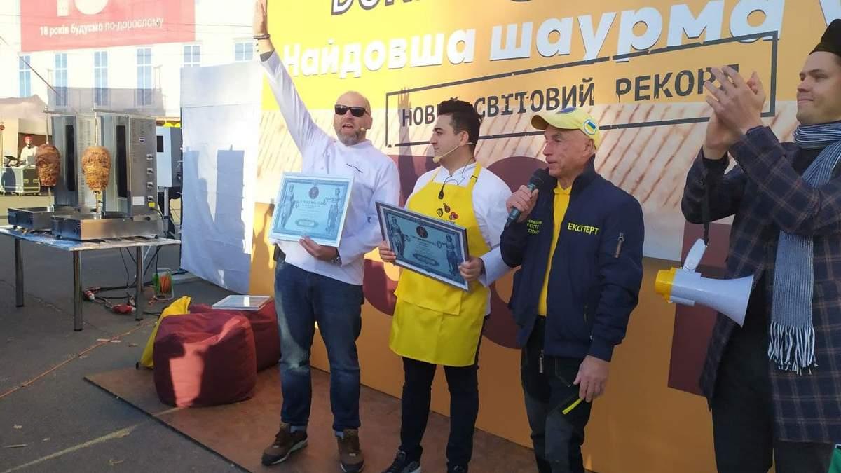 130-метрова смакота: у Києві приготували найдовшу у світі шаурму – фото рекордної страви - Новини Смачно