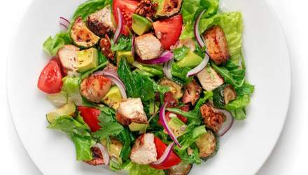 Салат с курицей Парминьяна, тмином и авокадо: домашний рецепт