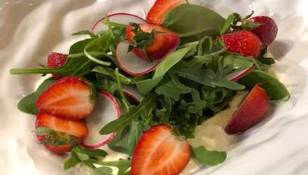 Весняний салат з полуницею, молодим сиром та шпинатом за рецептом Євгена Грибеника