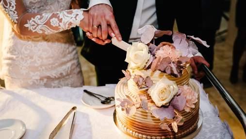 Одинадцять ідей для весільних тортів 2021: квіткові декори, чаші з ізомальту та шоколадні мазки