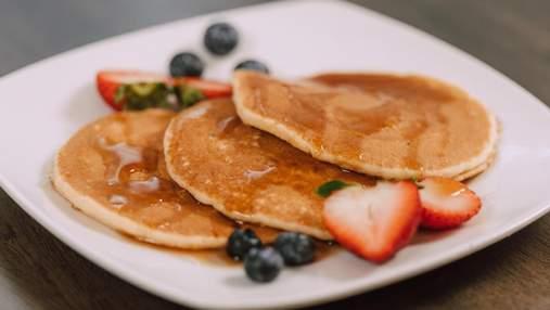 Сирні оладки: рецепт смачного сніданку з фруктами