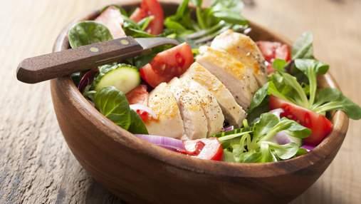Легкі салати з куркою – саме для літа: з корейською морквою, динею та овочами гриль