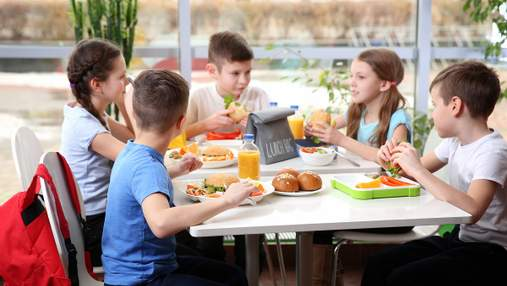 Реформа школьного питания в Украине: больше белого мяса и никаких сосисок
