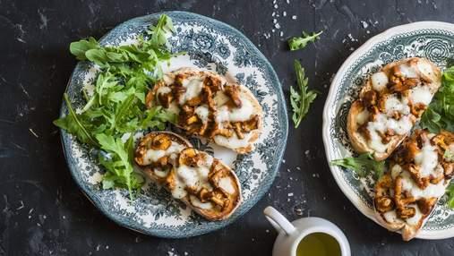 Бутерброды к завтраку: рецепт с жареными лисичками и моцареллой